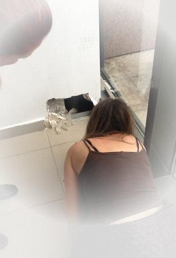 Katze steckt im Wandloch fest